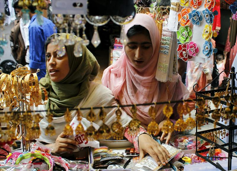 Kashmiri women busy shopping ahead of Eid ul-Fitr
