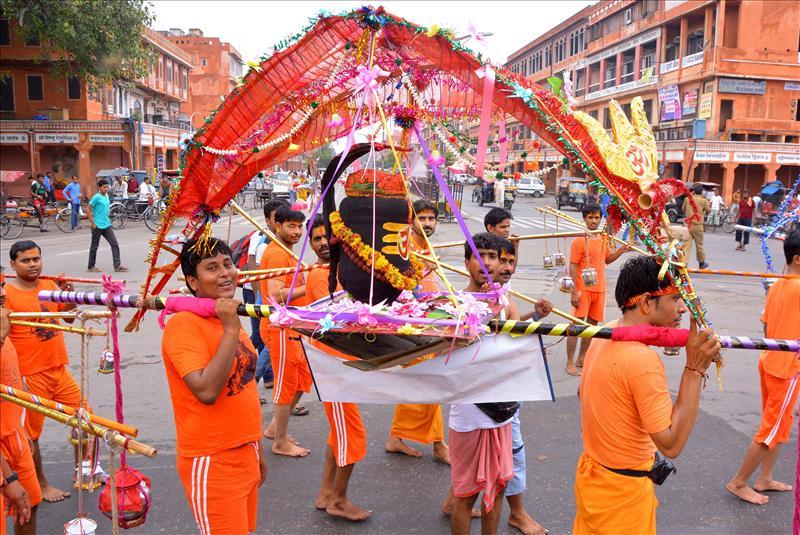 Kanwariyas carry a Shivling